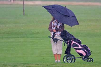 woman-golfer-in-the-rain